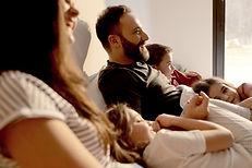Familie med teenagere og mindre børn