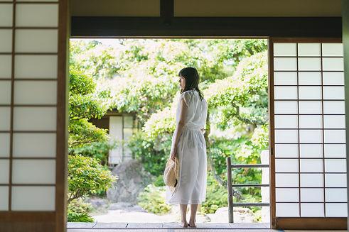 日本家屋にいる女性