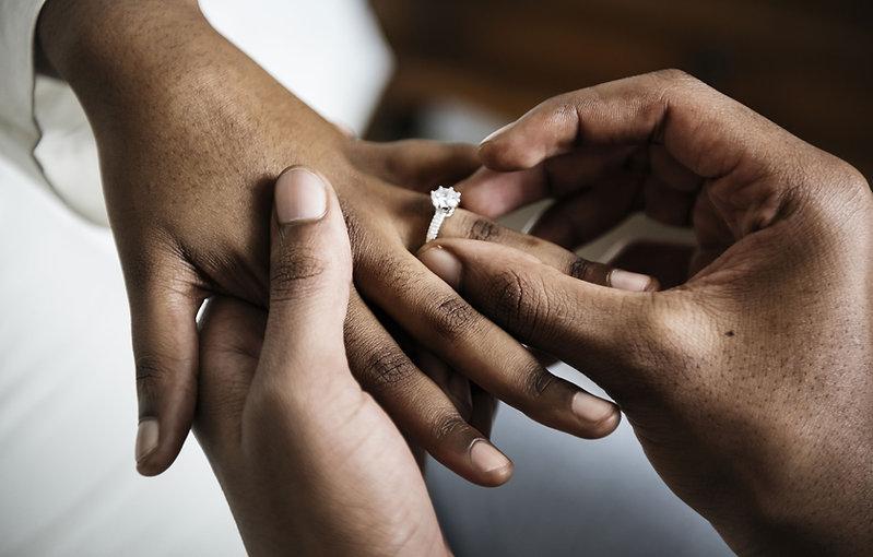 un homme qui met la bague au doigts de sa femme