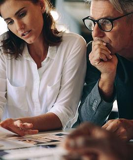 Um homem e uma mulher trabalhando juntos