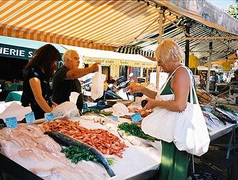 Poissonier au marché