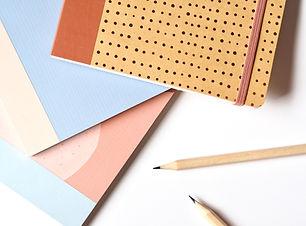 Notizbücher und Bleistifte