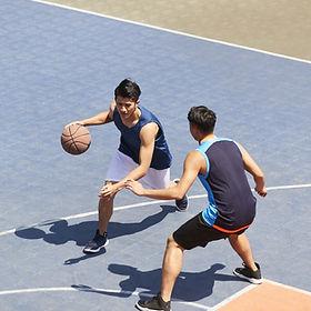 屋外のバスケットボールゲーム