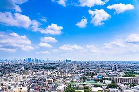 大空と住宅街と高層ビル群