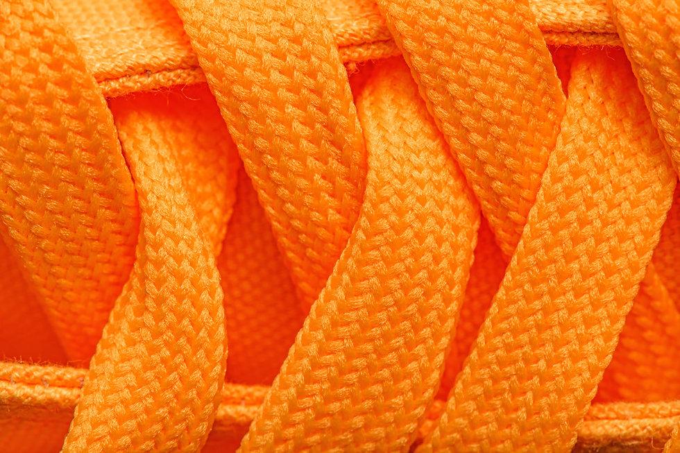 オレンジ色の靴ひも
