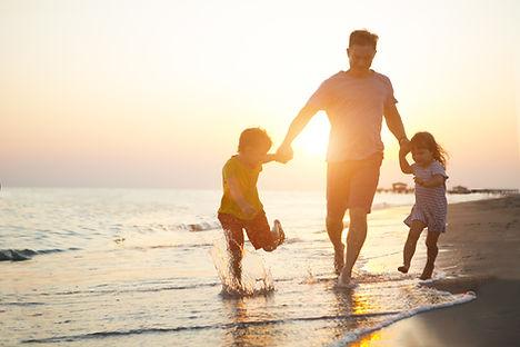 Pai e filhos na praia
