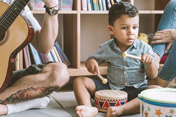 """Cours """"musique en famille"""" pour les enfants de 0 à 3 ans. Cours de musique pour enfants avec les parents à Saint-André-de-Corcy dans l'Ain, aux alentours de Lyon."""