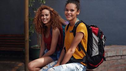 Sırt çantaları olan genç kadın