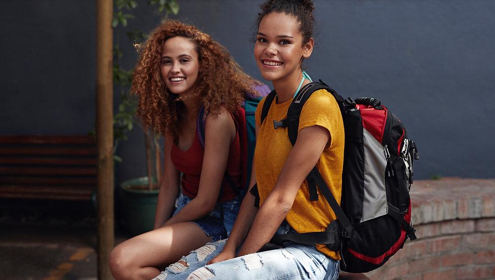 Mulheres jovens com mochilas