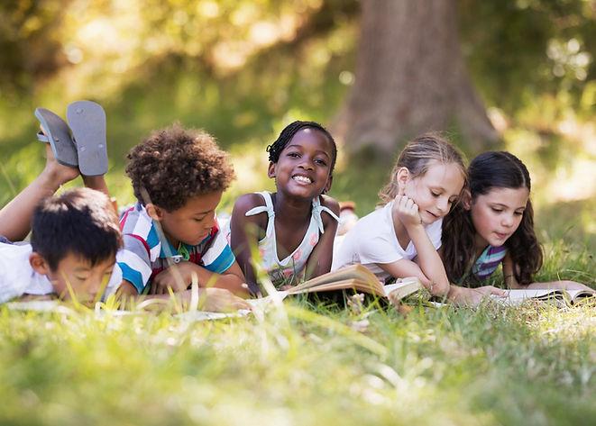 Bambini che leggono all'aperto