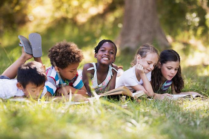 Niños leyendo al aire libre