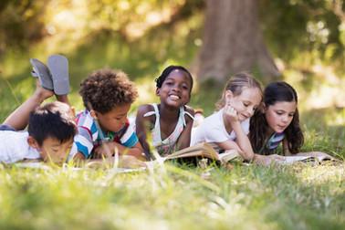 Enfants lisant en plein air