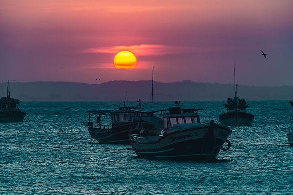 Pôr do sol em alto mar