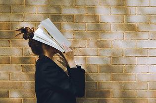 Mulher segurando um livro
