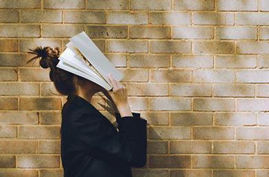 Frau hält ein Buch