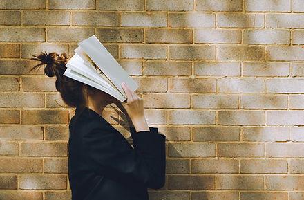 Donna che tiene un libro