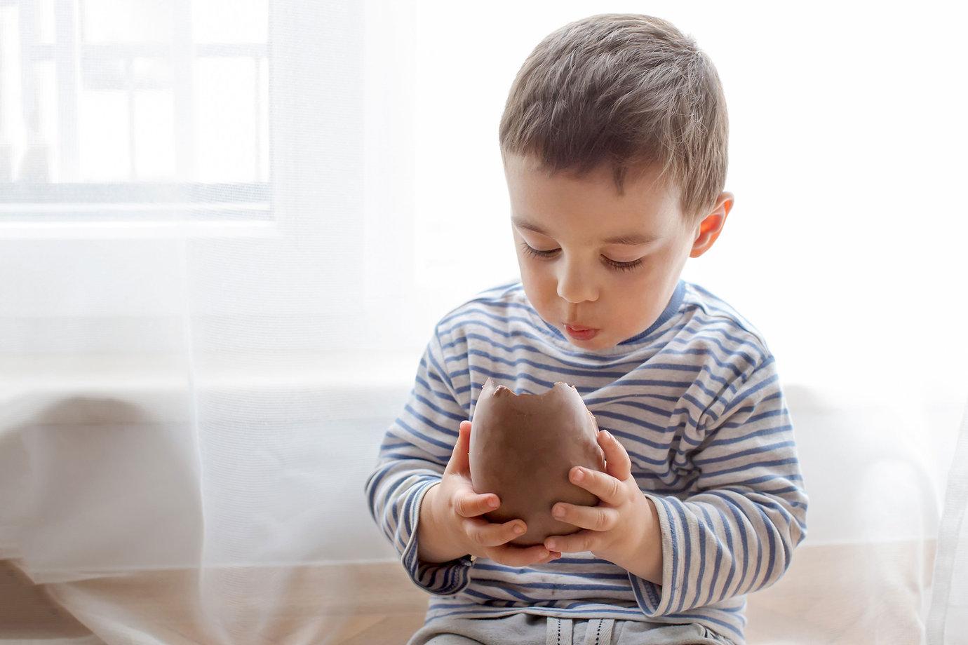 Comer un huevo de chocolate