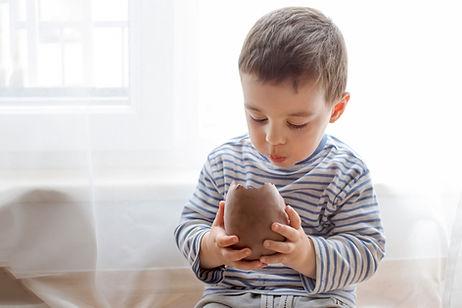 Manger un œuf en chocolat