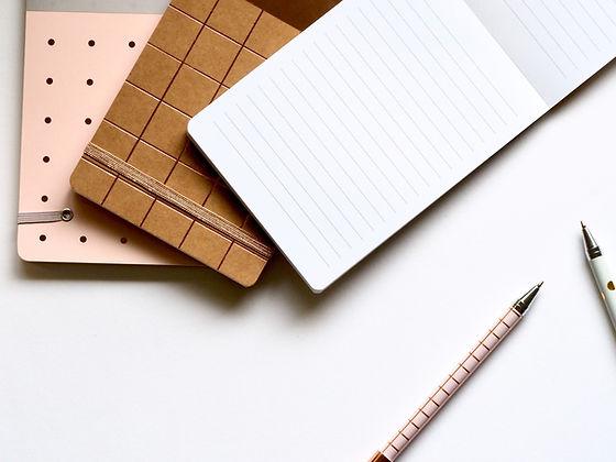 Cadernos e canetas