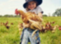 Adorable enfant tenant un poulet