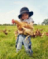 Adorable niño con pollo