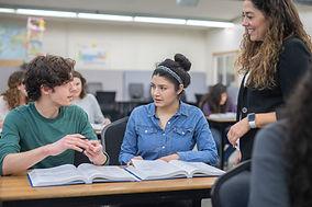 Enseignant avec étudiants