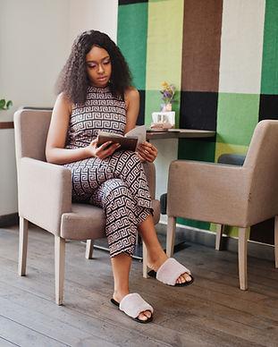 Mulher lendo menu