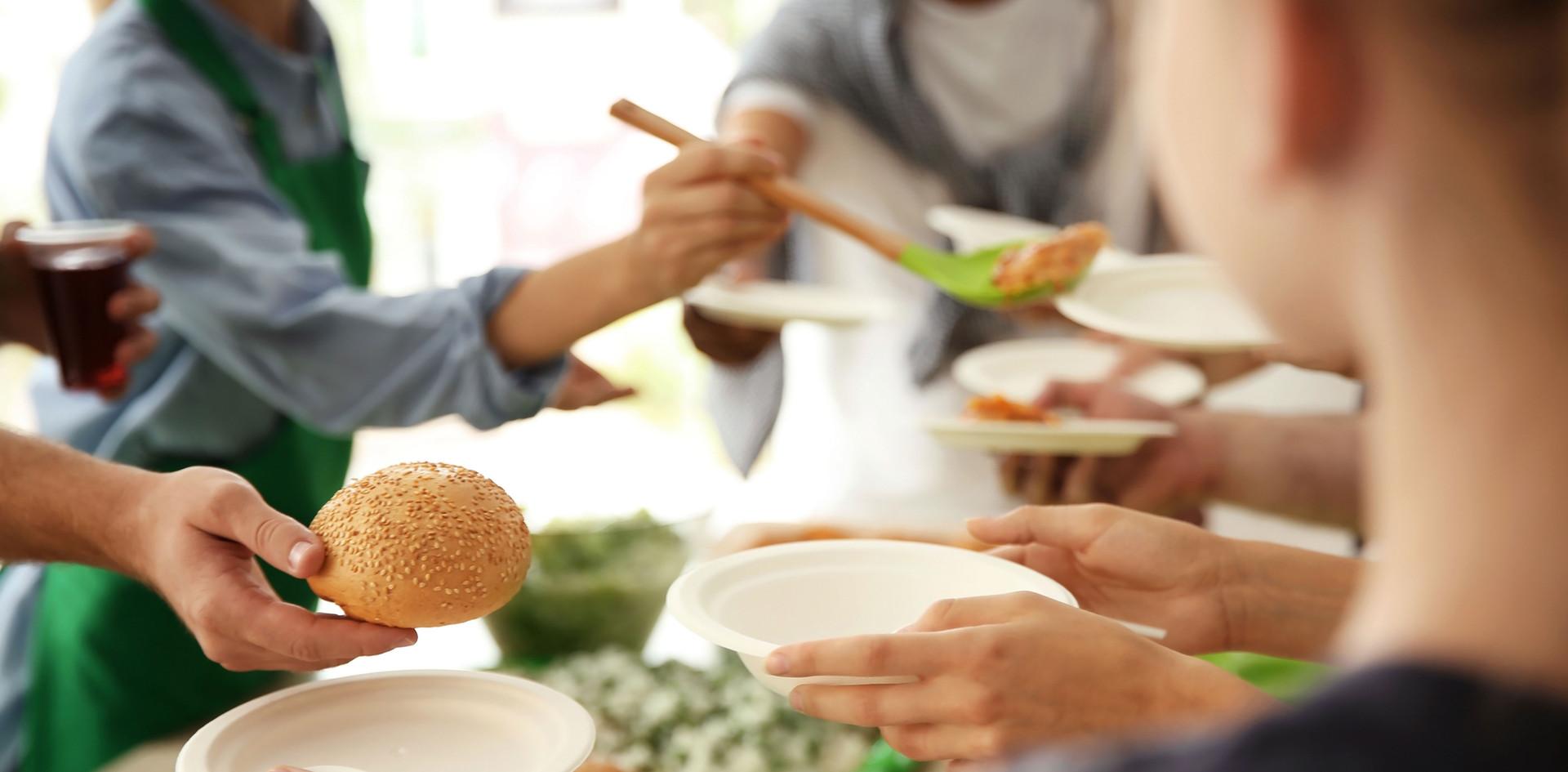 Personnes servant de la nourriture