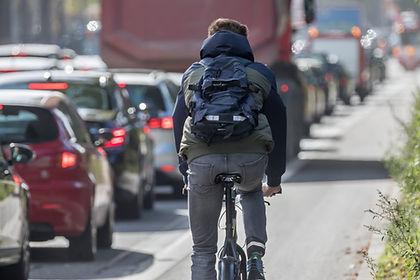 Fahrrad auf Autobahn