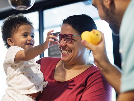 Bebês prestam mais atenção a sons cantados e exagerados, demonstra estudo