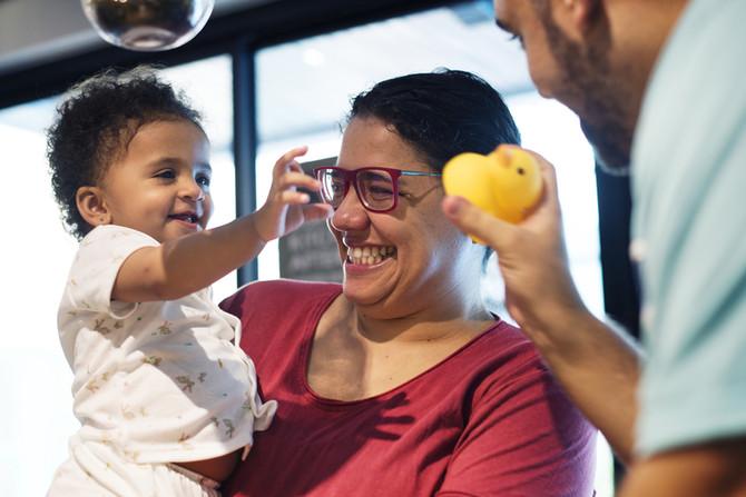 Le massage et le portage, des clés pour favoriser l'adoption