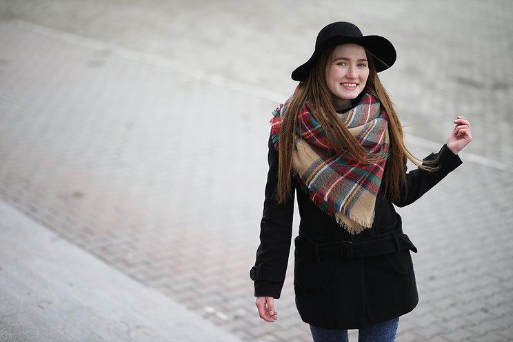 Femme avec écharpe et chapeau