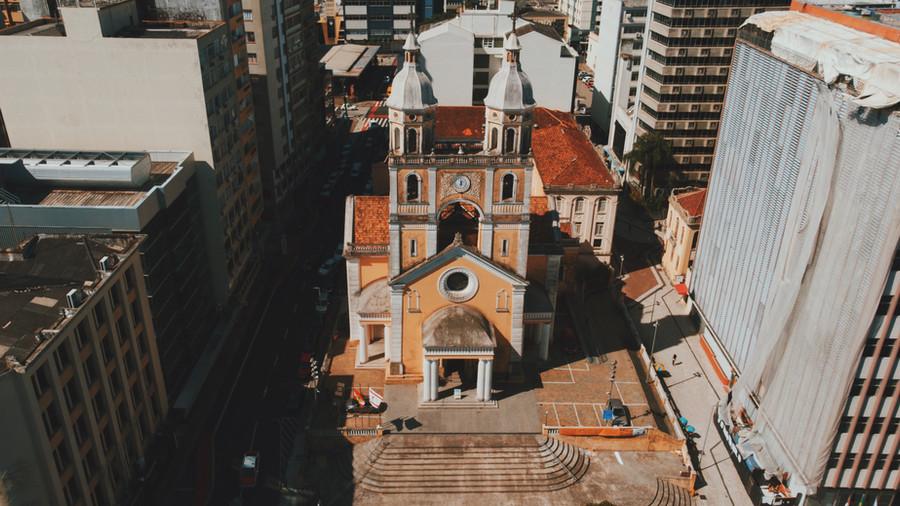 Igreja no meio da cidade