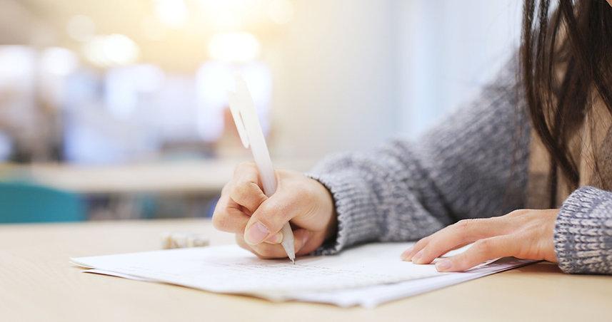 Estudiante de escritura de papel