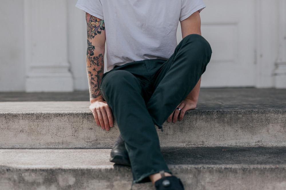Mann mit Tattoo auf Arm