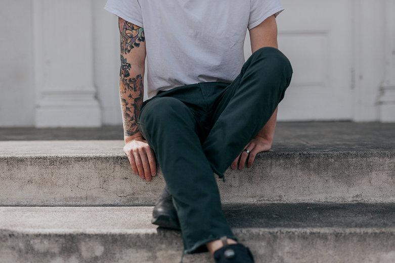 Sentado en los escalones