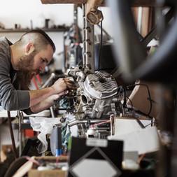 Mécanicien travaillant sur une moto