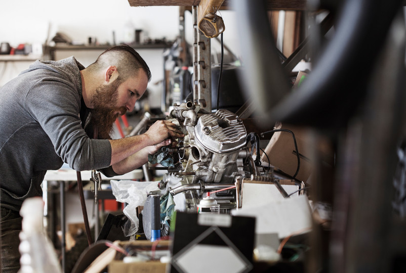 Mechaniker arbeiten am Motorrad