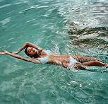 Nuoto in bikini