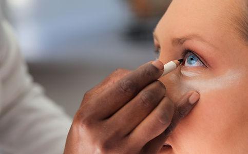 Applying Eyeliner