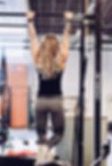 Im Fitnessstudio trainieren