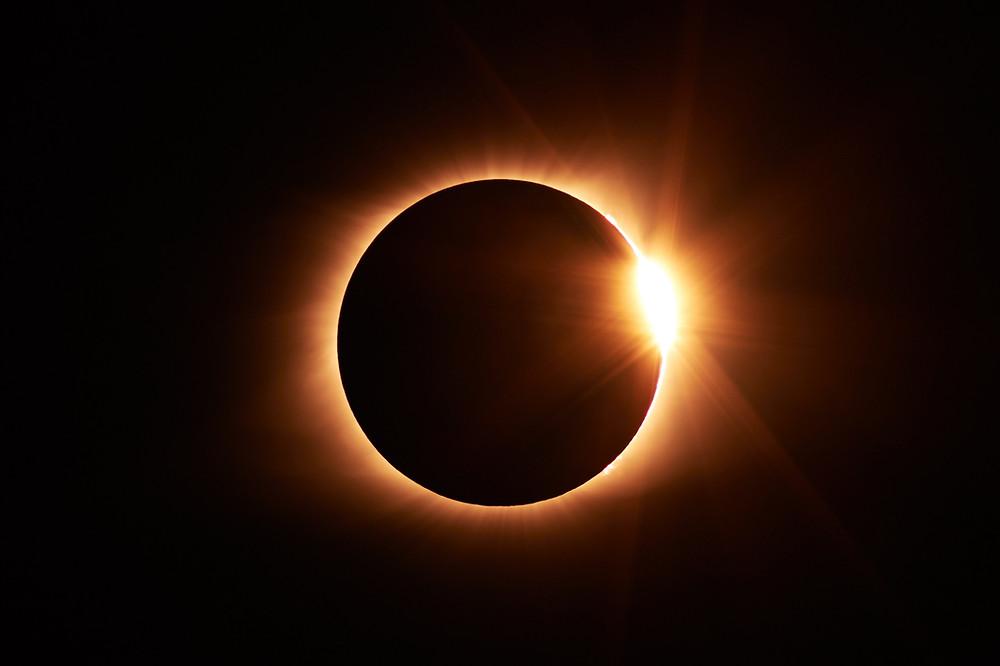 Un'eclissi solare completa