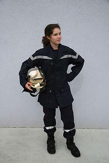 Femme en uniforme de pompier