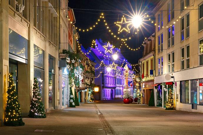 Rue avec décorations de Noël
