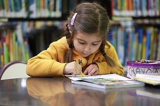 Chica con crayones