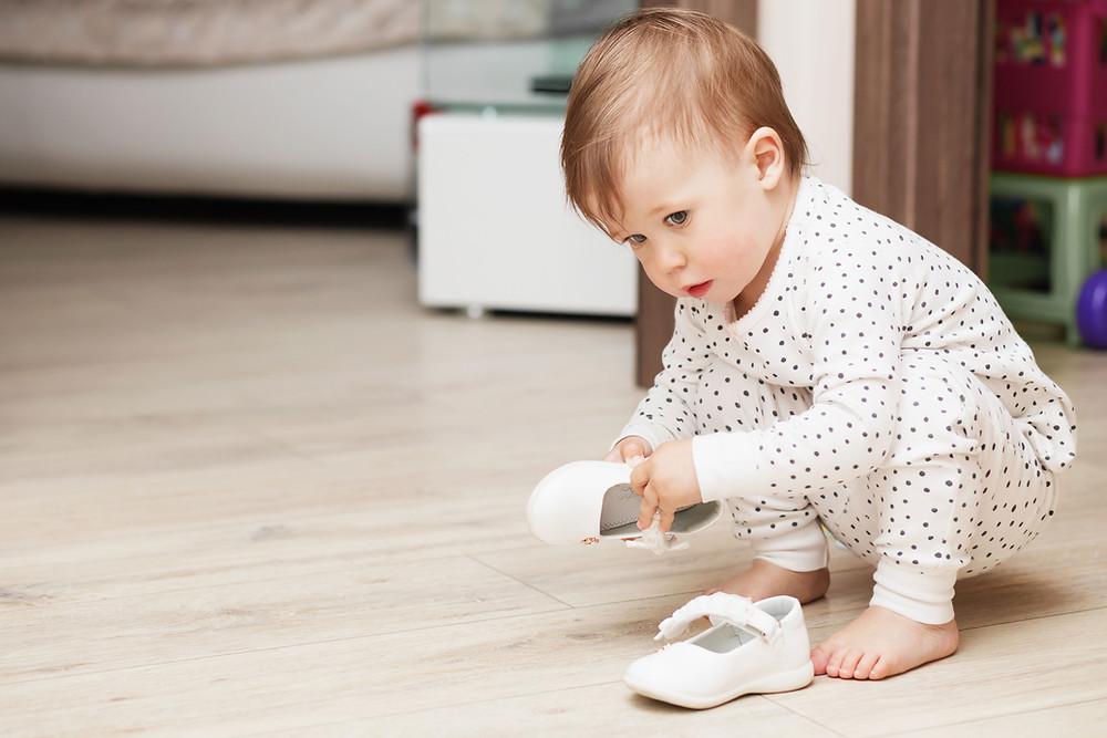 Bébé marche avec des chaussures
