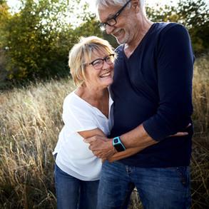 älteres Paar umarmt sich liebevoll