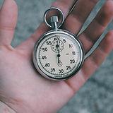 懐中時計を手に