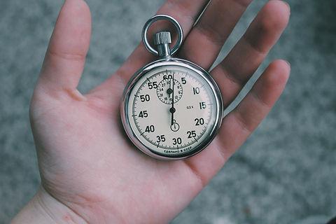 Карманные часы в руке