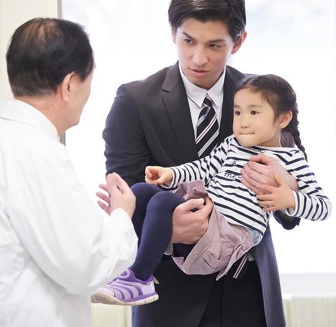 病院に行く親子